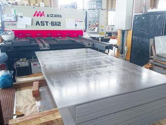 前加工 使うサイズは勿論、野崎忠五郎商店は材料の一次加工もしています。例えば、鋼鈑なら使うサイズにシャーリングした後に、穴加工を施したり、切り欠きを形成することも可能です。