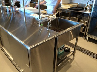安全第一 ハイサーブウエノの厨房機器は、そのほとんどが業務用です。外食産業のチェーン店などで使われる厨房機器ですから、調理や食器洗浄で作業者の手は常にぬれているのが現状です。そのため、厨房機器にバリやピン角があると、作業者がケガを負ってしまうなど危険な上、衛生上の問題も生じます。対して、ハイサーブウエノの厨房機器の全ての角部はアール形状で、作業者にケガを負わせることはありません。