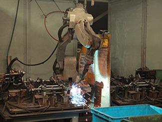 [溶接加工] 熟練工による高度な技術を使う炭酸ガス溶接と、自動化したロボット溶接を併用することにより、複雑な形状の溶接も急を要する溶接にも対応しております。