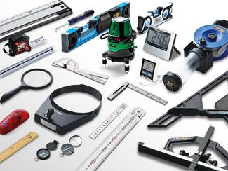 測定器ならなんでも 直尺や曲尺は勿論、巻尺からスコヤ、ノギス、マイクロメーター、はかり、レベル計、建築用工具、工場用工具、温度計、湿度計、環境測定器、ルーペ、製図用品、マグネットなどなど、およそ測定器なら何でも揃う、測定器の総合メーカーです。