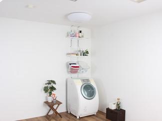 ラダー突っ張りランドリーラック 突っ張り設置にすることで、手軽に、省スペースで洗濯機周りの収納を増やせます。棚・バスケットも引っ掛け方式なので簡単に調節でき、床に接する脚部の奥行はわずか3cmと、ちょっとした隙間さえあれば洗濯機の背面にも側面にも設置できます。