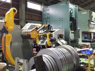 プレス加工を軸にする複合加工 ストカが主力とするのはプレス加工技術ですが、マシニングセンターなどの機械加工設備も備え、様々な部品を加工してそれらを複合化することができます。従来、プレスならプレスだけ、切削加工なら切削と、単一な加工技術とその設備に特化するところが多いのですが、ストカは様々な加工技術を開発するとともに設備の拡充にも注力しています。