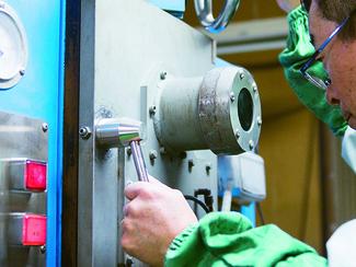 チタン溶解炉 レジエは、中小企業ではおそらく唯一、チタンの極小溶解炉を持っています。 チタンメーカーの大手さえ持たないのは、小型では採算性が乏しいからですが、レジエは特殊な溶解炉を独自で開発。それがレジエの競争力です。