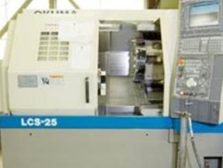 [機械加工部門] 機械加工は、多品種少量生産・短納期対応形態をとる一貫生産システムの各工程の中で重要な部門と位置づけ、マシニングセンタ・NC旋盤などで高精度化・高速化を図りながら各種ご要望に柔軟に対応しております。