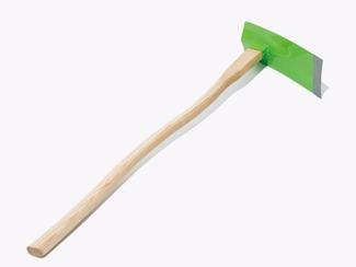 カーブの鍬の柄 慎重に木目を吟味し、強度を損なわない部位を用いて作る独特のカーブに切りだした鍬の柄。 持ち上げた時に鍬のヘッドの重さを感じにくくし、作業負担の軽減と、誰でも扱い易くすることを目標に提案。(未発売)