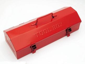 鉄の工具箱 中村精工は、鉄の工具箱を作る数少ないメーカーです。多くの工具箱が樹脂成型品になっていく中、鉄という材料とその品質にこだわり続けてきたのです。さらに、海外の粗悪品との価格競争に耐えるよう、少量多品種生産で、顧客の要望に即時に対応する体制を構築しています。