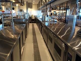 外食産業を変える ハイサーブウエノの厨房機器は、今や、外食産業にとってなくてはならない存在となりました。その安全性とシステム化は、作業者の利便性と作業効率を著しく向上させるものとして大きな評価を得ています。