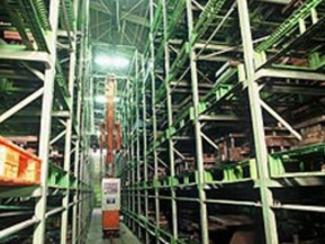 [保管部門 ] 製品・部品や金型管理には、情報システム機能を備えた自動倉庫が威力を発揮、生産性の向上に寄与しています。多品種少量生産をより効率的に遂行するため、また狭い作業場を有効に活用するため、数千点にわたる製品・部品及び多種規の金型を管理し、加工部門等に対してタイムリーに受け払いを行うなとこ生産能率向上の支援を行っています。