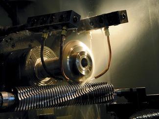 事務機器用特殊刃物加工 ナシモト工業の事務機器用特殊刃物加工は、高度な事務機器に採用されているものが殆どです。詳しくは書けませんが、高度なセキュリティーが要求される政府機関や、同様に高度なセキュリティー環境を要求する企業などで使われているシュレッダーの刃物として使われています。一見、どこでも作れそうなものでも、その噛み合わせ精度は比類のないほど超高精度で、微細化したものを復元するのが不可能なほどに微細化できるのが特長です。