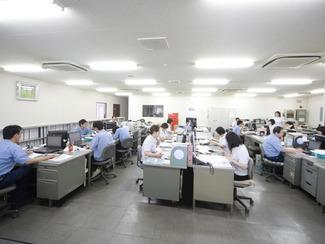 [管理部門 ] 管理部門は、営業活動・生産計画・生産管理・購買・在庫管理・設備管理・品質管理・総務経理・企画・情報収集等の業務を担当し、コンピュータを駆使しながら製造各部門をバックアップ。