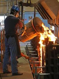 薄肉鋳鉄製品のパイオニア 三条特殊鋳工所が作る鋳鉄製品は、薄肉であることと表面が綺麗なことが特徴です。ひと言で薄肉と言っても、その肉厚が均一でなければ強度は出ませんし、また表面が粗くては製品の価値が下がります。三条特殊鋳工所は製造設備を高度化して、バラつきを抑えるため、業界の常識を打ち破るほどに設備の高度化を図っています。