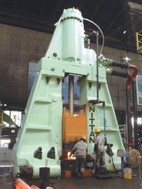 熱間鍛造の王道を行く 鋏 (はさみ) 鍛冶からはじまり、戦前は軍事産業部品の製造を請負い、戦後はアメリカから大型ハンマーを導入して、建設機械や産業機械などの大型熱間鍛造部品の製造を行うようになりました。一貫して、インフラに関する熱間鍛造部品の製造を行い、言わば我が国の熱間鍛造の王道を歩むモノづくり企業と 言えましょう。