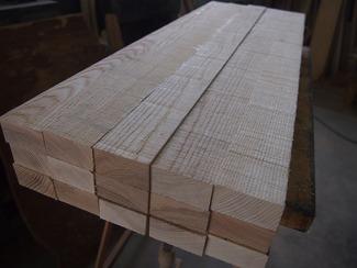 木取りの技術 材料としての木材の年輪や節目をどうするか(木取り)、それも木工技術の大切なところです。木取りを間違えると、ポキッと折れたり強度が不足したりして、デザイン的にも大きな問題になってしまいます。マサコーは木取りの技術にも長けていて、見た目と強度を両立する木取りが得意です。