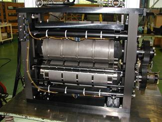 機械本部 産業機械(たばこフィルター製造機、ダイ・ユニット、各種専用機など) 工作機械(ブローチ盤など)、印刷機械(ラベル印刷機) ロータリーダイ、フレキシブルダイ