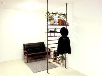 頑丈間仕切り突っ張り頑丈パーテーション 突っ張りパーテーションの常識を超えた、耐荷重40kgを実現。専用フックや棚を付けて、収納量を確保。天井、床の段差にも対応しているので、設置場所をほとんど選びません。引っ掛け部分の高さ調節も可能。リビング、キッチンから玄関まで、幅広くご使用いただけます。