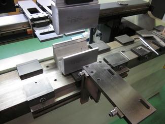 [ベンディング] 1/100~1/1000単位の位置決め精度を持つベンディングマシンと熟練工の技により高精度の曲げ加工を実現。