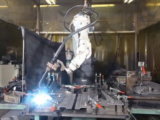 [溶接部門] 溶接ロボットなど最新鋭の溶接設備を導入し、薄ものから厚もの、小型から大型の製品や部品など多様化する溶接ニーズに迅速に対応。また、スポット溶接やシーム溶接などの高難度加工にも幅広い技術と豊富な設備も完備しています。
