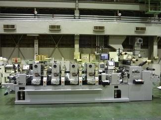 印刷機と周辺機器 印刷機も作る三條機械製作所は、その関連機器も手掛けます。紙やフィルムを複雑な形状にカットするロータリーダイは大きな評価を得ています。精密加工ができるロータリーダイで、紙やフィルムに新しい性能や機能を吹き込みます。