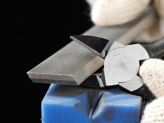 100分の2ミリの為の精度がある 最高の切れ味を決める刃の隙間は100分の2ミリ。でも、最初から100分の2ミリを狙っても精度は決まりません。その上の100分の1ミリか、そのまた上の1000分の数ミリをキチッと出せるすご技で、100分の2ミリがピタッと決まるのです。